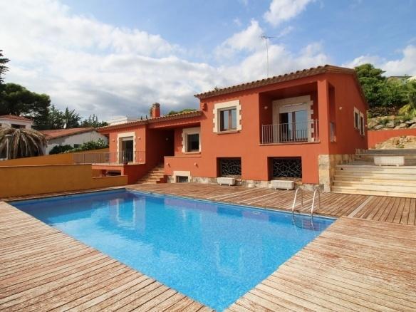 Fachada y piscina Villa Sant Feliu