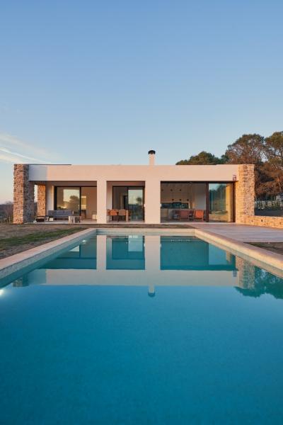 fachada y piscina-casa-saus-emporda