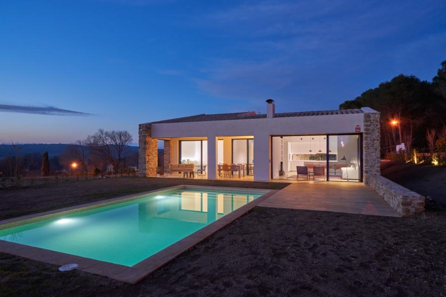 fachada piscina noche-casa-saus-emporda
